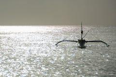 Barco en la isla de Boracay de la puesta del sol, Filipinas Fotografía de archivo libre de regalías