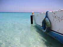 Barco en la isla del paraíso Fotos de archivo