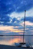 Barco en la laca de Orient en la puesta del sol Imagenes de archivo