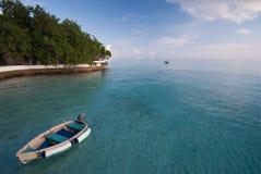 Barco en la laguna de la turquesa, islas de Maldives. Fotografía de archivo