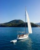 Barco en la manera al puerto de Nidri Fotos de archivo libres de regalías