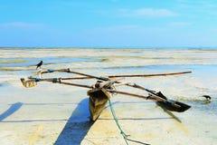 Barco en la marea baja tropical imagenes de archivo