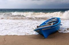 Barco en la misericordia de la tormenta Fotografía de archivo libre de regalías