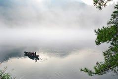 Barco en la niebla Fotos de archivo libres de regalías