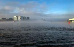 Barco en la niebla en el puerto de Amsterdam Imagenes de archivo