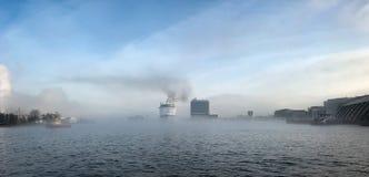 Barco en la niebla en el puerto de Amsterdam Imagen de archivo libre de regalías