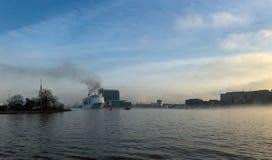 Barco en la niebla en el puerto de Amsterdam Imágenes de archivo libres de regalías