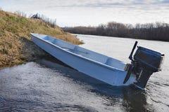 Barco en la orilla de un río de la montaña fotografía de archivo libre de regalías