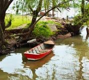 Barco en la orilla del río Paraná fotografía de archivo