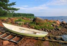 Barco en la orilla en Finlandia fotos de archivo