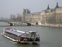Barco en la París Foto de archivo libre de regalías