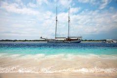 Barco en la playa Fotos de archivo