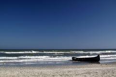 Barco en la playa imagenes de archivo