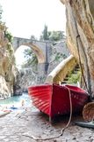 Barco en la playa de Fiordo di Furore Costa Positano Nápoles de Amalfi del fiordo del furor Fotografía de archivo