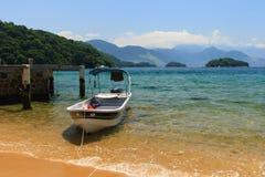 Barco en la playa de la isla Ilha grande, el Brasil Imagen de archivo libre de regalías