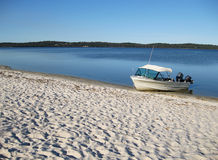 Barco en la playa del estuario imagenes de archivo