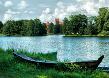 Barco en la playa del lago Foto de archivo libre de regalías
