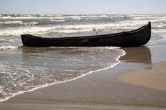Barco en la playa en la estación de verano fotos de archivo libres de regalías