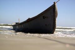 Barco en la playa en la estación de verano imagen de archivo