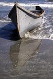 Barco en la playa en la estación de verano foto de archivo
