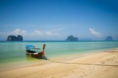 Barco en la playa en Tailandia Imágenes de archivo libres de regalías