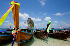 Barco en la playa hermosa en Tailandia imagenes de archivo