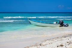 Barco en la playa tropical en la isla caribeña Imagen de archivo