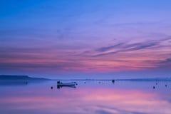 Barco en la puesta del sol imagenes de archivo