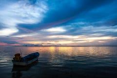 Barco en la puesta del sol Fotos de archivo libres de regalías