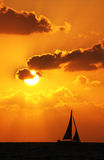 Barco en la puesta del sol Fotografía de archivo libre de regalías