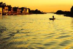Barco en la puesta del sol, Venecia Imagen de archivo libre de regalías