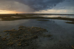Barco en la puesta del sol y raincloud en Gili Air, Lombok, Indonesia Foto de archivo libre de regalías