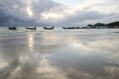 Barco en la reflexión de la playa en agua Imágenes de archivo libres de regalías