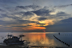 Barco en la salida del sol Imagenes de archivo