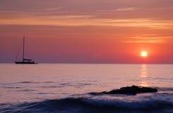 Barco en la salida del sol Fotografía de archivo libre de regalías