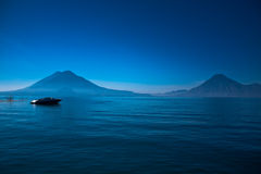 Barco en Lago de Atitlan, Guatemala Foto de archivo