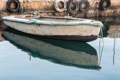 Barco en las aguas tranquilas Imágenes de archivo libres de regalías
