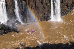 Barco en las cataratas del Iguazú, el Brasil, la Argentina foto de archivo libre de regalías
