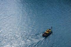 Barco en las vueltas del mar Foto de archivo libre de regalías