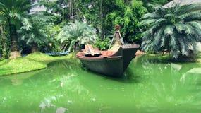 Barco en las zonas tropicales Imagenes de archivo