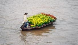 Barco en mercado flotante tradicional Imagen de archivo libre de regalías