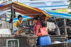 Barco en mercado flotante tradicional Fotos de archivo