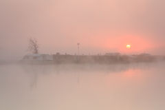 Barco en niebla en el río Támesis. Fotografía de archivo libre de regalías