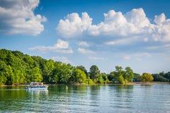 Barco en normando del lago, visto de parque de la ficha, en Cornelio, norte fotografía de archivo libre de regalías