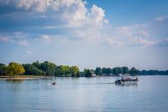 Barco en normando del lago, visto de parque de la ficha, en Cornelio, norte foto de archivo libre de regalías