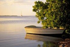 Barco en orilla Imagenes de archivo