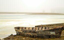 Barco en orilla fotografía de archivo