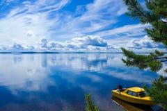 Barco en orilla del lago Foto de archivo libre de regalías