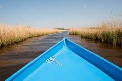 Barco en paisaje del agua fotografía de archivo