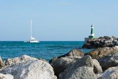 Barco en paisaje del Caribe Imágenes de archivo libres de regalías